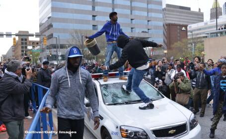 Proteste in SUA. Magazine sparte si politisti raniti, dupa moartea afroamericanului Freddie Gray, intr-o sectie de politie