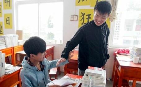 Poveste emotionanta in China. Un elev isi cara colegul de scoala la cursuri in spate, de trei ani