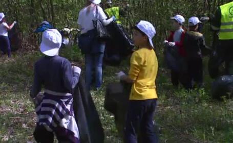copiii curata gunoaiele din padurea Baneasa