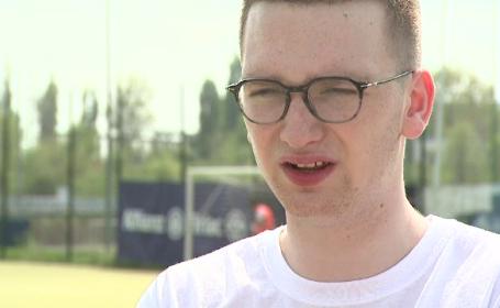 Un francez de 19 ani si-a propus sa ii invete pe copiii din Ferentari ce este fericirea. Cum isi explica gestul