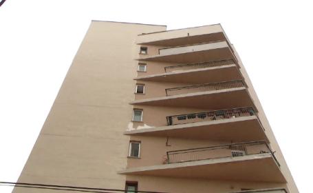 A spart geamurile apartamentului si s-a aruncat de la etaj. Rudele barbatului din Iasi spun ca era sub influenta drogurilor