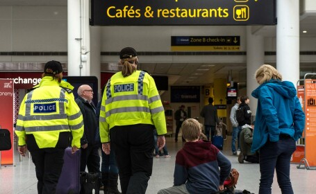 Cinci barbati suspectati ca planuiau atentate au fost retinuti in Marea Britanie. Unul dintre ei, prins pe aeroport