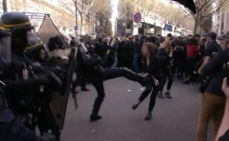 Membru al fortelor de ordine din Paris, surprins in timp ce a lovit brutal cu piciorul o protestatara. Ce i-a spus tanara