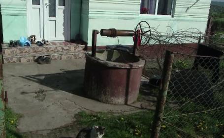 O femeie de 76 de ani a cazut intr-o fantana de 5 metri, dar a supravietuit. De ce cred vecinii ca a incercat sa-si ia viata