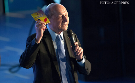 Traian Basescu cu constitutia in mana