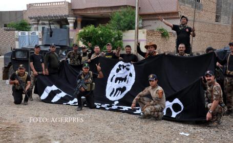 soldati irakieni cu un steag Isis