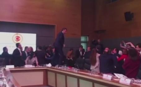 Bataie in Parlamentul Turciei. Motivul pentru care deputatii si-au impartit pumni