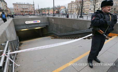 politist care pazeste metroul din Sankt Petersburg