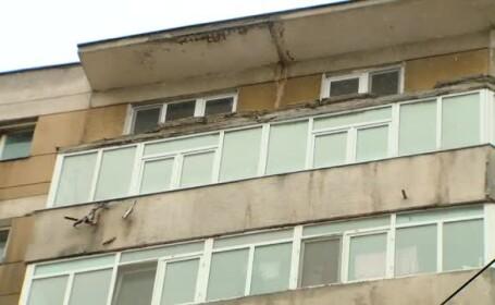 O balustrada de beton de 8 metri si 2 tone s-a desprins dintr-un balcon si a cazut peste o masina, in Capitala