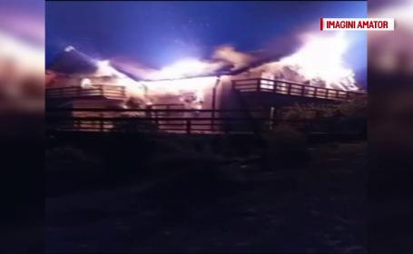 Casa de vacanta din Arges, complet distrusa intr-un incendiu violent. Flacarile ar fi pornit de la semineu
