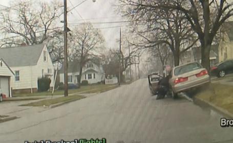 Polițist rutier târât pe stradă de un șofer prins la volan fără permis. VIDEO