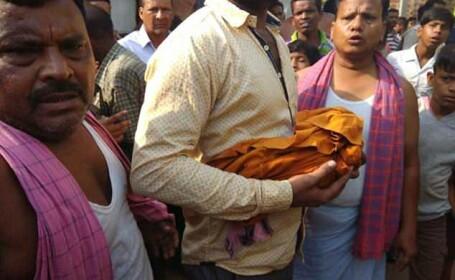 Un bebeluș a fost găsit mort într-o fântână, după ce a fost răpit de o maimuță