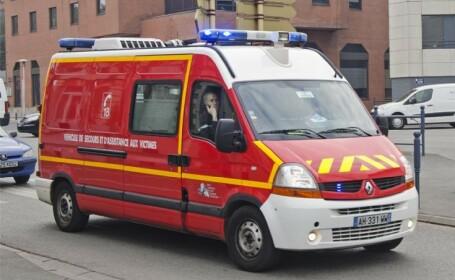 Trecător mort, după ce o femeie şi fiica sa au căzut de la etajul al optulea al unei clădiri peste el