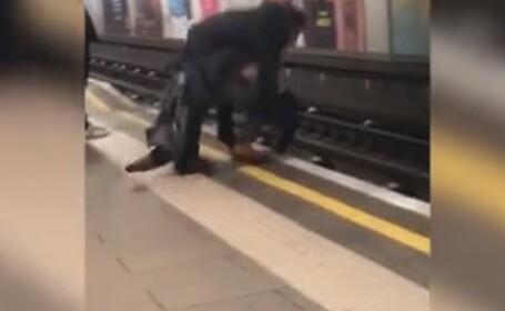Momentul șocant în care 2 bărbaţi sunt salvaţi din faţa metroului de navetişti