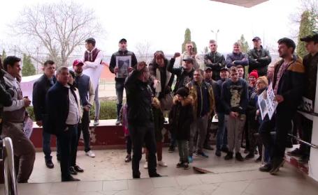 Zeci de oameni au protestat în fața unei primării din Iași din cauza drumurilor proaste