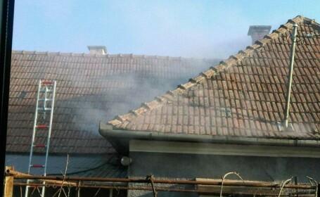 Bărbat salvat dintr-un incendiu de 2 jandarmi în timpul liber. Ce au scos apoi din casă