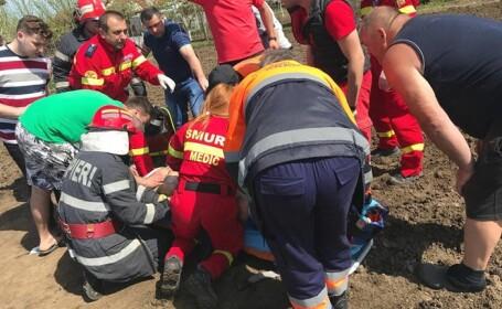 Bărbat din Arad, salvat de poliţişti din lamele unui motocultor. \