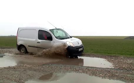 """Drumuri românești străbătute de turiști arată ca după război: """"Sunt gropi de un metru"""""""