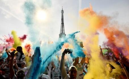 Bătaie cu pudră colorată, la Turnul Eiffel din Paris