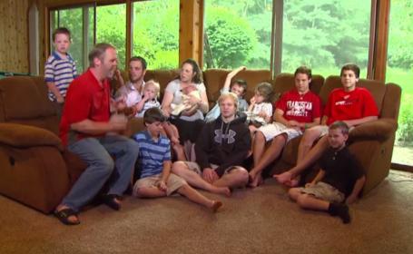"""O familie mai mare decât o echipă de fotbal: 14 copii și toți băieți. """"Fără oricare dintre ei ar fi ciudat\"""