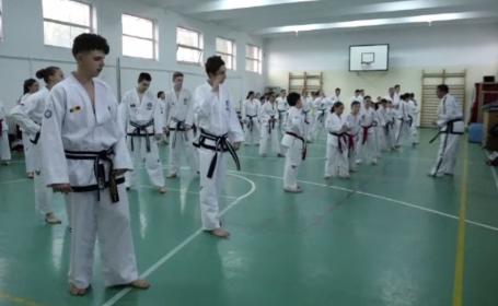 Premii internaționale pentru copiii României, pregătiți de doi soți pasionați de taekwondo