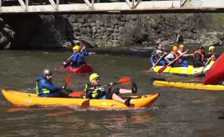 Competiție de kaiac-canoe pe Valea Mureșului. Zeci de oameni au venit să se bucure de natură