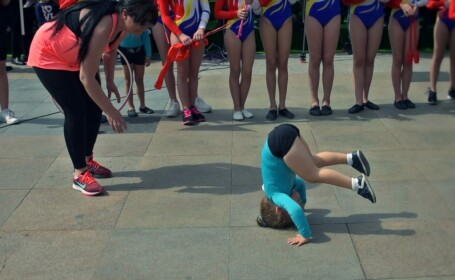 Reacția profesoarei din Pitești, criticată pentru că a pus o fetiță să stea în cap pe ciment