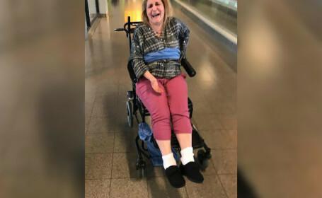 Femeie cu scleroză multiplă, legată cu o pătură de angajații unei companii aeriene