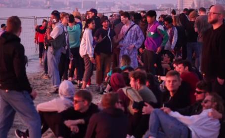 """Mii de tineri au admirat răsăritul la Mamaia, după o noapte de petrecere: """"E minunat"""""""