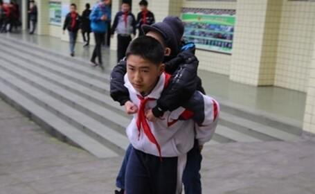 Un copil și-a cărat în spate prietenul cu dizabilități la școală timp de 6 ani