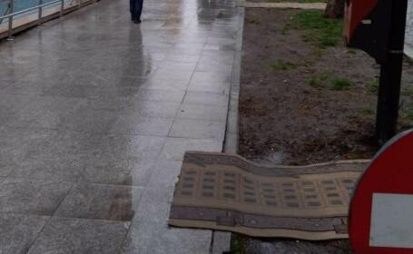 Experți europeni, primiți la Focșani cu preșuri pentru a nu se murdări de noroi
