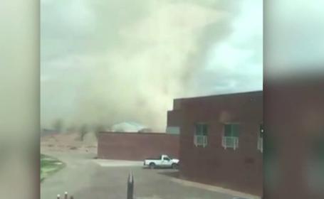 Statele Unite, lovite de un ciclon-bombă. Tornadă surprinsă în curtea unei școli