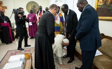 Momentul în care Papa Francisc sărută picioarele liderilor a două grupări rivale. VIDEO