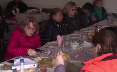 Reacţia turiştilor după ce mănâncă pentru prima dată \