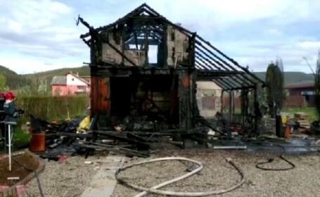 Anchetă după ce o cabană din Bistrița a ars complet
