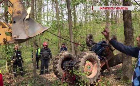 Anchetă în Vrancea. Un bărbat a murit strivit de tractorul pe care îl conducea