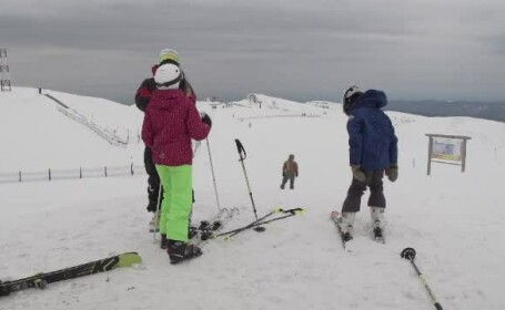 La munte se schiază ca în plină iarnă. Stațiunile de pe Valea Prahovei, pline de turiști