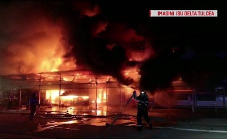 Incendiu violent la un depozit din Tulcea. Flăcările au cuprins 800 de metri pătrați