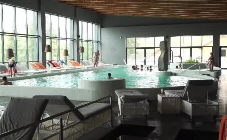 Turiștii de la munte s-au distrat în piscine și centre SPA din cauza vremii ploioase