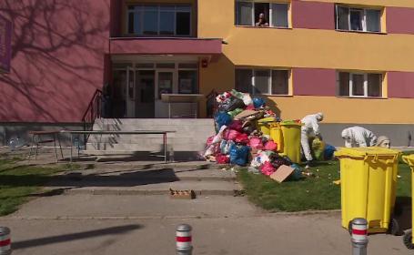 Munți de gunoaie în fața unui centru de carantină din Galați. Deșeurile ar putea fi contaminate