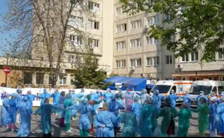 Cadrele medicale de la Spitalul Victor Babeș din Craiova au încins o horă în curte