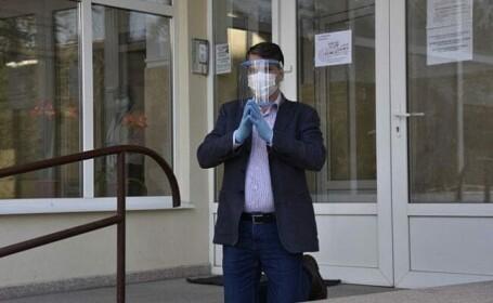 Director din Suceava, dat afară după ce s-a rugat în genunchi în fața instituției pentru salvarea orașului de Covid-19