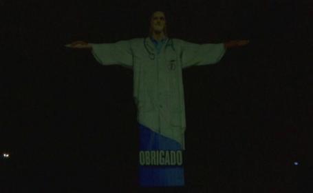 """Momente emoționante. Celebra statuie a lui Iisus din Rio de Janeiro, în """"haine"""" de medic"""