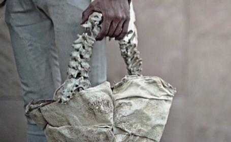 Un designer de modă din Indonezia a stârnit controverse cu geanta pe care a creat-o. Din ce este făcută