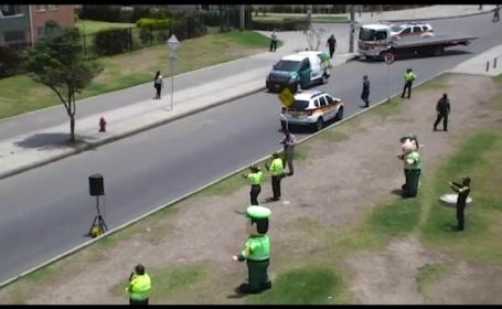 Polițiștii columbieni au dansat zumba pentru oamenii aflați în carantină