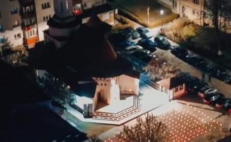 Imagini emoționante la o biserică din Suceava aflată în carantină. În Noaptea de Înviere a avut curtea plină de candele aprinse