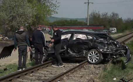 Un bărbat a supraviețuit miraculos, după ce mașina sa a fost lovită de tren
