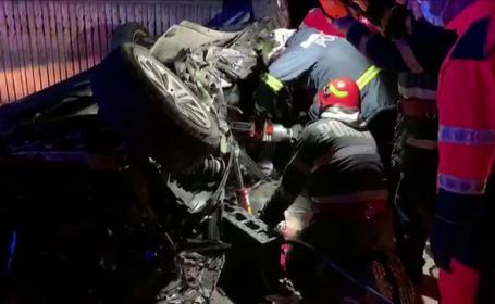 Accident grav în Argeș. Un tânăr s-a urcat băut la volan și a intrat cu mașina într-un pod