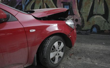 Un minor a amenințat că se sinucide după ce a făcut accident cu mașina pe care o furase