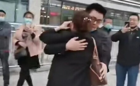 mama si fiu reuniti in china dupa 28 de ani